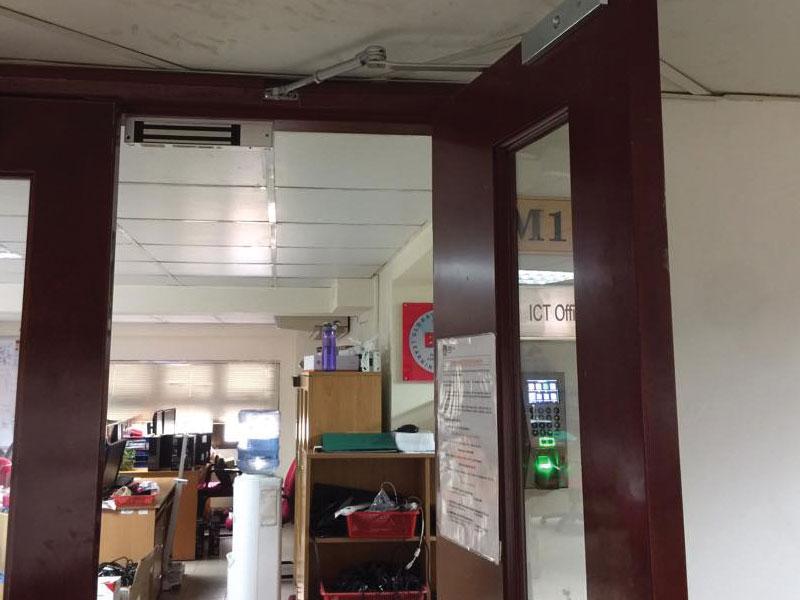 Công trình lắp kiểm soát ra vào chấm công cửa kính