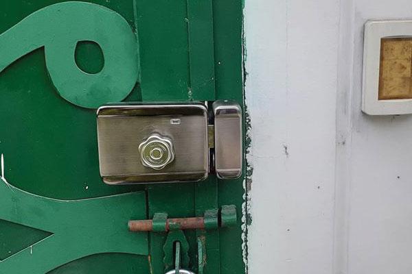 mặt trong của khóa cổng sắt